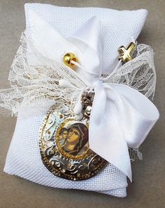 This is a hand made romantic wedding favor with white linen pilow. Is a greek gift for your guests ,that will keep because it includes a Greek traditional talisman from metal aloy with silver with Pangia-Virgin Mary The metallion is made by hand. 7 sugared coated almonds- koufeta are