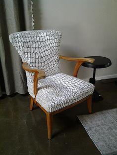 De leuke oude stoel gestoffeerd met modern stofje.