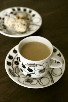 生姜入り、ほうじ茶ラテ       生姜入りで身体ポカポカ♬ 豆乳とほうじ茶で作る和風なラテは、ほっこりしますよ❤   うさぎのシーマ     材料 (ひとり分)  ほうじ茶の葉 山盛り大さじ1   生姜 1片   水 75cc   豆乳(無調整) 100cc   きび砂糖 小さじ1  作り方   1     生姜は皮をむき、すりおろす    (皮をむくのがポイント) 2     小鍋に水を入れて点火    沸騰してきたら、茶葉と生姜を加え、ひと呼吸置いてから火を止める    蓋をかぶせて、3分蒸らす   3     蓋をとり、豆乳を加えて弱火で温める    沸騰直前で火を止め、きび砂糖を加えて溶かす    4    茶こしでこして、カップに注いで召し上がれ    「酒粕とコーヒーの全粒粉クッキー(ID : 3656871)」と幸せ~❤   コツ・ポイント   ・生姜の皮はむいてくださいね(皮付きだと辛くなってしまいます。。涙)  ・豆乳を牛乳にしたり、お砂糖を蜂蜜にしたり・・お好みでどうぞ。甘味は入らないと美味しくありません。お好みの加減で加えて下さい。  レシピの生い立ち…