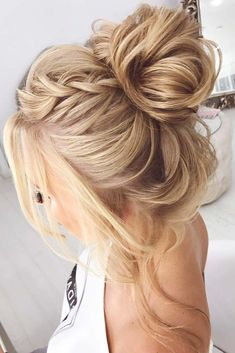 Prom hair updos stay trendy from year to year due to their gorgeous look and versatility. See our collection of elegant prom hair updos, as this important event is approaching and you need to start preparing. Catch some inspiration! #hairstyles #longhairstyles #promhairstyles #updohairstyles
