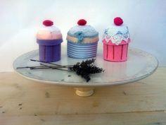 Queste sono davvero due scatoline speciali! Due dolcissime scatoline a forma di cupcake interamente fatte a mano in feltro e cotone stampato! ideali per bomboniere!