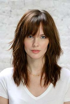 Learn from our celebrity hair stylist Matt Fugate how to create on trend, effortless glowing looks without having to use heat tools or a lot of time. Hairstyles With Bangs, Pretty Hairstyles, Natural Hairstyles, Medium Hair Styles, Curly Hair Styles, Long Hair With Bangs, Mid Length Hair, Brown Blonde Hair, Grunge Hair
