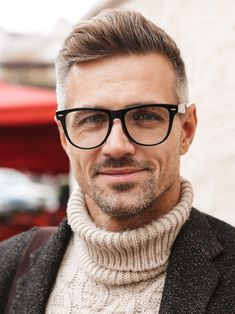 Grey hair men have a lot of opportunities to try out. With our guide for Men with grey hair, you will find it easy to match the right hairstyle right away. Older Men Haircuts, Older Mens Hairstyles, Cool Haircuts, Men's Haircuts, Grey Hair Fade, Faded Hair, Men With Grey Hair, Silver Hair Men, Classic Taper
