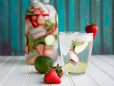 """Agua con fresa para desintoxicar.      1 taza de fresas rebanadas. 1 taza de pepino en rodajas. 2 limones (en rebanadas). ¼ taza de menta fresca (lavada y desinfectada). Hielo. Agua natural. """"Esta bebida es ideal después de un fin de semana donde comiste mucho o muy mal y para aquellos días que buscas tomar tus dos litros reglamentarios de agua pero con un poquito más de sabor, sin dejar lo saludable de lado""""."""