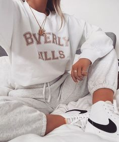 Image in fashion collection by 𝑀𝒶𝓂𝒾 𝒬𝓊𝑒𝑒𝓃 on We Heart It Sneaker Outfits, Tomboy Outfits, Cute Comfy Outfits, Teenager Outfits, Mode Outfits, Trendy Outfits, Fall Outfits, Summer Outfits, Fashion Outfits