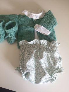 Conjunto de bebé de primera puesta hecho a mano compuesto por jersey y patucos en lana verde agua, camisita blanca y culotte de flores verdes.