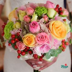 Nuantele de roz, galben si un strop de rosu se completeaza perfect cu rochia diafana de mireasa. Alege acest buchet rotund de mireasa, alcatuit din: 1 hortensie roz, 3 trandafiri peach, 3 trandafiri roz, 2 minirosa roz, 2 minirosa crem, 2 hypericum rosu si 1 viburnum.
