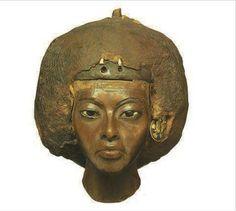 Tête fragmentaire de la reine Tiyi, Médinet el-Gurab, Fayoum, Nouvel Empire, 18é dynastie vers 1355 av. J.C. - Altes Museum - Berlin.