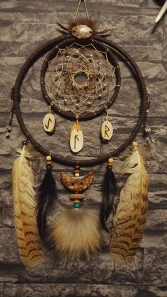 Super Easy Way to Make a Dreamcatcher for Your Home Dream Catcher Decor, Dream Catcher Mobile, Dream Catcher Native American, Native American Art, Los Dreamcatchers, Beautiful Dream Catchers, Feather Crafts, Feather Art, Medicine Wheel