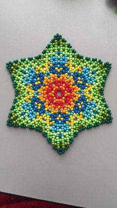 Huichol flower, photo only Native Beadwork, Native American Beadwork, Beaded Jewelry Designs, Bead Jewellery, Peyote Patterns, Beading Patterns, Beaded Flowers Patterns, Bead Loom Bracelets, Beaded Ornaments