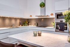 Kök från Ballingslöv med vita köksluckor från kökserien Line