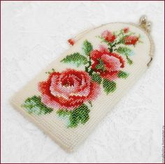 Купить или заказать Очечник из бисера (футляр для очков) Розы красные цвели в интернет-магазине на Ярмарке Мастеров. Вышитый чешским бисером очечник. Фермуар 8,5 см, под серебро. Подкладка -очень светло зеленый атлас. Вторая сторона - кожзам. Может быть выполнен иначе: белые розы на бордовом фон…
