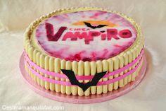 . Voici un gâteau Chica Vampiro pour faire plaisir à ma Câlinette pour ses 9 ans. Pour ceux qui ne connaissent pas encore, Chica Vampiro (Daisy O'Brian) est celle qui a remplacé Violetta sur les gâteaux de nos fillettes. Au cas où vous aime