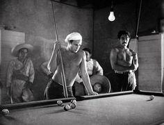 "Desnudo. Cuando Brando rodó ""¡Viva Zapata!"" (1952) aún estaba fuerte pero con tendencia a la obesidad. En esta escena tan viril, Elia Kazan sabía que tenía que rendir un tributo a sus muchos/as fans con un desnudo parcial del divo. <strong style=""font-family:inherit; font-size:inherit; font-style:inherit; font-variant:inherit; line-height:inherit""><a href=""http://www.youtube.com/watch?v=sAc5p68U6oI"">(Ver vídeo del trailer de ""¡Viva zapata!"")</a></strong>"