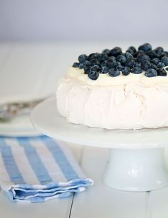 Looking for Fast & Easy Dessert Recipes! Recipechart has over free recipes for you to browse. Find more recipes like Pavlova with Whipped Cream and Blueberries. Blueberry Desserts, Cold Desserts, Light Desserts, Summer Desserts, Easy Desserts, Delicious Desserts, Best Dessert Recipes, Sweet Recipes, Pavlova Cake