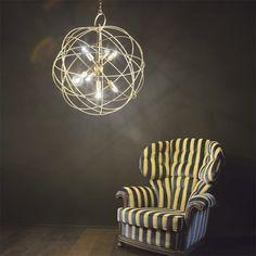 Lampa wisząca KONSE SP7 ORO wykonana jest z metalu, wykończonego satynową ciemno-złotą farbą. W serii dostępne są także: żyrandol 1-płomienny oraz żyrandol 6-płomienny. Żyrandol Konse będzie ciekawą ozdobą wnętrza.