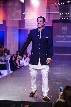 Akshay Kumar @ Mijwan Fashion Show Mens Indian Wear, Mens Ethnic Wear, Indian Groom Wear, Indian Men Fashion, India Fashion, Men's Fashion, Mens Traditional Wear, Mens Sherwani, Kurta Patterns