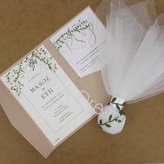 Μπομπονιέρα γάμου τούλινη με τρία φύλλα λευκό τούλι και κορδέλα σατέν με δέσιμο μεταξωτή πράσινη κορδέλα με θέμα την ελιά, με 7 κουφέτα κλασικά αμυγδάλου Στο προσκλητήριο γίνεται οποιαδήποτε αλλαγή στο σχέδιο, στον συνδυασμό χρωμάτων φακέλου και προσκλητηρίου, όπως επίσης στην γραμματοσειρά και στο κείμενο. Place Cards, Gift Wrapping, Place Card Holders, Gifts, Gift Wrapping Paper, Presents, Wrapping Gifts, Favors, Gift Packaging