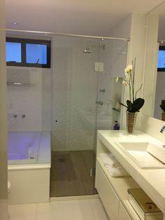 Banheiro com piso vinílico antiderrapante. @ligiaenicollearquitetura