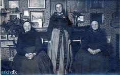 Min oldemor Marchen Ole Hansen Jans født 1848 i Dragør gift med Johan Georg Wilhelm Weichardt og hendes søster Trein Ole Hansen Jans født 1840 i Dragør i deres dagligstue  Strandlinien Dragør