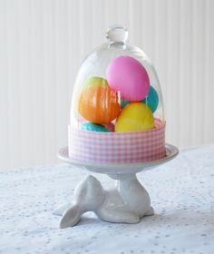 ostern dekoideen tisch tortenständer hase glasglocke bemalte eier