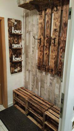 Wand Accessoires, mit Garderobe und Weinkisten als Schuhregal. Alles geflammt