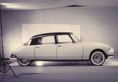 I can't tell a Renault from a Peugeot nowadays. But I can tell this Citroën DS was one of the most beautiful cars ever built. Luxury Sports Cars, Classic Sports Cars, Sport Cars, Classic Cars, Retro Cars, Vintage Cars, Psa Peugeot Citroen, Citroen Ds3, Automobile