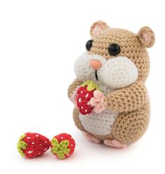 Baby Knitting Patterns Toys Where is this little hamster wearing his sweet strawberries? Crochet Gratis, Crochet Diy, Crochet Patterns Amigurumi, Amigurumi Doll, Crochet Dolls, Scarf Crochet, Knitted Dolls, Crochet Animal Patterns, Stuffed Animal Patterns