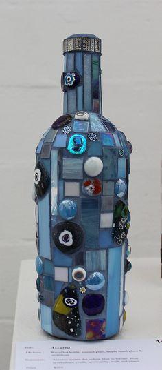 photo Mosaic Bottles, Mosaic Pieces, Unusual Art, Vases, Pots, Mosaics, Art Ideas, Alternative, Bottle Crafts