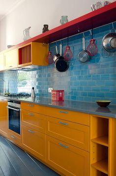 Bon Repeindre Sa Cuisine, Repeindre Un Meuble, Mur En Faïence Bleu Turquoise,  étagère Rouge