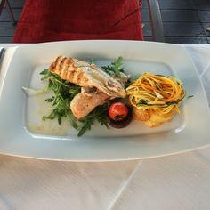 #Hühnerbrust mit dalmatinischem #Rohschinken auf #Seltmann #Savoy. Fotografiert und verspeist in der #Konoba Pescaria #tischkulturpur #dergeschirrspezialist #porcelain #yummie #hühnchen #lecker #gastgarten #saison Foto: Alfred Broukal-Zartl Spaghetti, Chicken, Meat, Ethnic Recipes, Food, Gone Fishing, Tablewares, Easy Meals, Essen