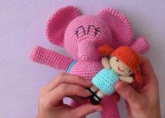 Elly, este elefante rosita con su mochila es amigo de pocoyo, ya puedes tejerlo en amigurumi, videotutorial con patrón gratis. Patrón escrito en : http://amigurumilacion.blogspot.com.es/ VideoTutorial de Elly de Pocoyo en amigurumi: Fuente: Canal crochet