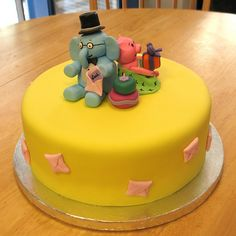 Elephant and Piggie cake @Collyn Milsted - maybe an Elephant and Piggie party?!?