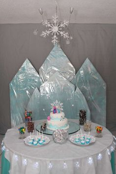 Frozen birthday party: Cardboard and iridescent wrapping paper