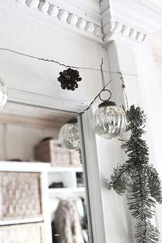 tänk att spänna upp en ståltråd uppe vid taket och sedan hänga upp en sak varje dag i advent.