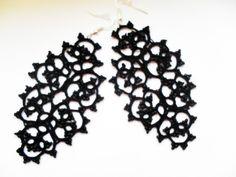 Boucles d'oreille dentelle noire avec perles noires , tatted , dentelle frivolite , Boucles doreille crochet : Boucles d'oreille par carmentatting