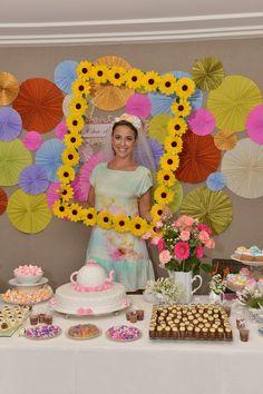 Confiram esse lindo Chá de Panela, com decoração hiper colorida e participação especial da família da noiva, que preparou tudo com muito amor e carinho: