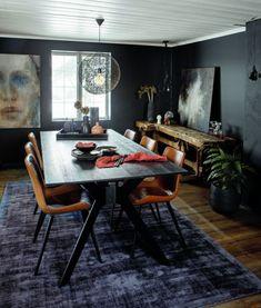 LUNT: Det er den samme lune stemningen i spisestuen som i resten av huset. Rommet er innredet med bord fra Cascade og stoler fra Dan-Form. Myke tepper finner du i alle rom, også her. Anne Grethe er glad i lamper, og her henger et av hennes lengste lampeforhold fra Mooi. Den gamle snekkerbenken fungerer perfekt som avslastning når de har gjester. Dining Chairs, Dining Table, Conference Room, Furniture, Color, Home Decor, Ideas, Rome, Decoration Home