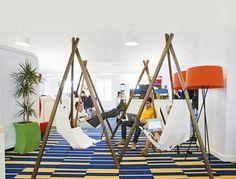 Installés dans un bureau ou allongés sur un hamac, 500 employés travaillent dans les locaux parisiens de Google.