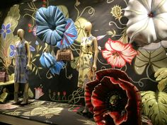 "GUCCI,New York, ""Going Floral this Spring"",pinned by Ton van der Veer Fashion Window Display, Store Window Displays, Display Windows, Big Flowers, Paper Flowers, Flower Power, Flea Market Displays, Doll House Crafts, Shops"