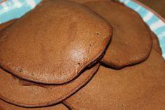 Panquecas de espelta e alfarroba. Uma excelente alternativa ao trigo. Sem leite ou lactícinios. Ficam deliciosas, até parece que estamos a comer panquecas de chocolate.