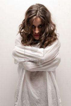 http://us.123rf.com/400wm/400/400/dgmata/dgmata1011/dgmata101100013/8201576-jeune-femme-folie-avec-la-camisole-de-force-permanente-regardant-camera.jpg
