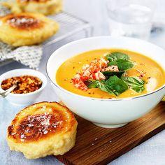 Krämig soppa med spenat och skaldjur, serverat med stekta bröd.