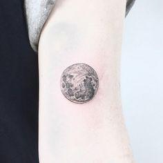 Après avoir étudié le dessin et le graphisme, Caitlin Thomas (aka LucidLines) a ouvert son salon de tatouages à Adelaide, dans le sud de l'Australie.