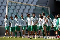 Los jugadores trasladan una portería en El Arcángel | ÁLVARO CARMONA