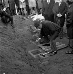 """Wmurowanie aktu erekcyjnego pod Fabrykę Domów (Łódzki Kombinat Budowlany """"Zachód""""). 06.11.1969. Fot. PAP"""