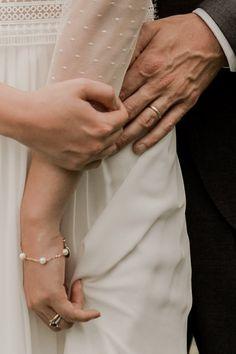 Un mariage simple et champêtre en Normandie - Photos : Typhaine J Photographie - Blog mariage : La mariée aux pieds nus Forever Love, Wedding, Wedding Couple Pictures, Winter Weddings, Straw Bales, Purple Wedding, Valentines Day Weddings, Endless Love, Weddings