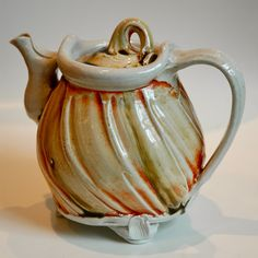 Teapot by Ruthanne Tudball, Photo by hedgiecc Pottery Teapots, Teapots And Cups, Ceramic Teapots, Ceramic Pottery, Pottery Art, Cafetiere, Ceramic Pitcher, Pottery Studio, Chocolate Pots