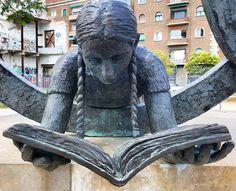 En la plaza Blanquerna se encuentra la escultura Homenaje a la Mutua Escolar Blanquerna (1998), de Núria Tortras. Photo by @ali_cabreram