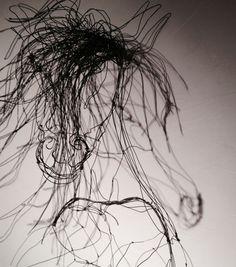 """Sculpture fil de fer 3D cheval cabré de Arc en Lune """"Crin noir"""", jeune pur sang fougueux, crinière au vent. Sur cadre fond effet béton ciré coloris lin. 1.50x0.70xP.0.55m. Jeu d'ombres sur tête"""